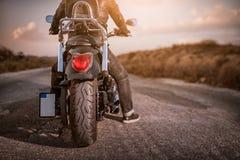 motocycle da equitação do homem novo no asfalto Foto de Stock