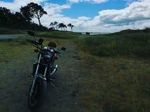 Motocycle in de yard royalty-vrije stock afbeeldingen