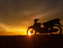 Motocycle im Sonnenaufgang stockbild
