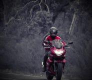 Motocycle rojo en el camino Fotos de archivo libres de regalías