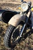 Motocycle velho com assento do camarada. Fotos de Stock