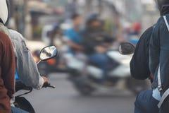 Motocycles med ryttare väntar på går det ljusa tecknet på arg föreningspunkt royaltyfri bild
