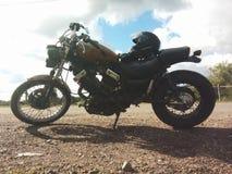 Motocyclette avec le casque sur la belle lumière Image stock