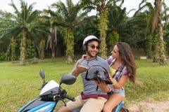 Motocyclette d'équitation de couples, jeune homme et voyage de femme sur le vélo sur Forest Road tropical Image stock