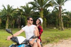 Motocyclette d'équitation de couples, jeune homme et voyage de femme sur le vélo sur Forest Road tropical Images stock