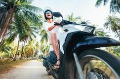Motocyclette d'équitation d'homme sous des palmiers photo libre de droits