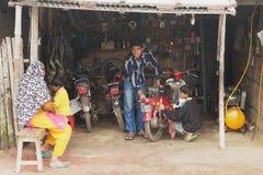Motocyclette de difficulté de personnes dans un atelier dans Puthia, Bangladesh photos stock
