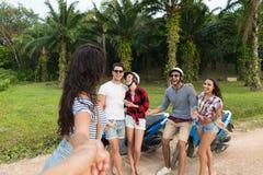 Motocyclette de groupe des jeunes, jeune homme et voyage se reposants de femme sur le vélo sur Forest Road tropical Photos stock