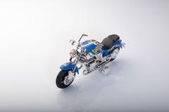 Motocyclette de jouet d'isolement sur le fond blanc Image stock