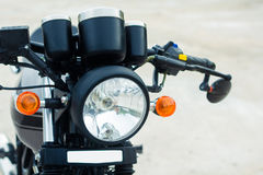 Motocyclette de vintage, foyer sur un phare sur noir et blanc Photos libres de droits
