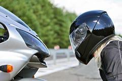 Motocyclette et femme dans le casque - beauté et bête photos libres de droits