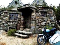 Motocyclette et fond Hagrid à la maison du ` s de Hagrid image stock