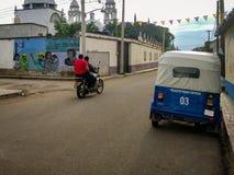 Motocyclette et taxi en San Pedro Apostal, Oaxaca photographie stock libre de droits