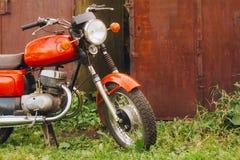 Motocyclette générique de moto rouge de vintage dans la campagne Photo stock