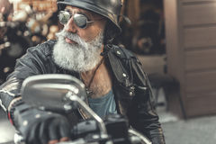 Motocyclette mûre sérieuse d'équitation d'homme Photographie stock
