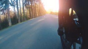 Motocyclette moderne de brouilleur sur l'?quitation de chemin forestier avoir l'amusement conduisant la route vide clips vidéos