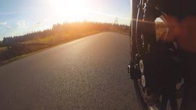 Motocyclette moderne de brouilleur sur l'?quitation de chemin forestier avoir l'amusement conduisant la route vide banque de vidéos