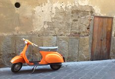 Motocyclette orange de Vespa en Italie photos stock