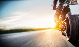 Motocyclette sur l'équitation de route avoir l'amusement montant la route vide o images libres de droits