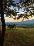 Motocyclette sur la colline Image stock