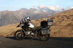 Motocyclette sur la route de montagne, Andora Image stock