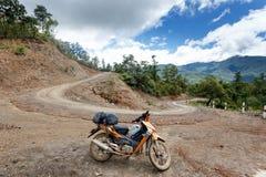 Motocyclette sur la route en Chin State, Myanmar Photographie stock