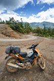 Motocyclette sur la route en Chin State, Myanmar Photos stock