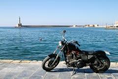 Motocyclette sur le quai photos stock