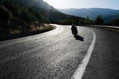 Motocyclette sur une route d'enroulement photographie stock
