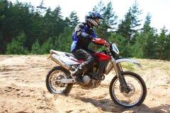 Motocyclette tous terrains dans le mouvement. Photographie stock libre de droits