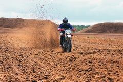 Motocyclette tous terrains pilotant en saleté. Images libres de droits