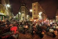 Motocyclettes stationnées sur une rue de ville photo libre de droits