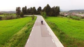 Motocycliste conduisant sa motocyclette d'Enduro sur une route sinueuse banque de vidéos