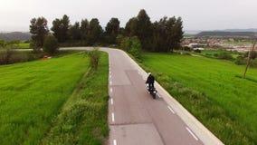 Motocycliste conduisant sa motocyclette d'Enduro sur une route sinueuse clips vidéos