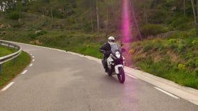 Motocycliste conduisant sa motocyclette de sports sur une route sinueuse clips vidéos