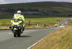 Motocycliste de police en tournée d'artère de la Grande-Bretagne Photographie stock libre de droits