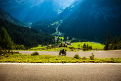 Motocycliste sur la route montagneuse photo libre de droits