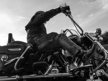 Motocycliste tout en conduisant en noir et blanc images libres de droits