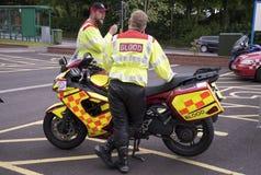 Motocyclistes avec un service de distribution de sang pour des hôpitaux Image stock