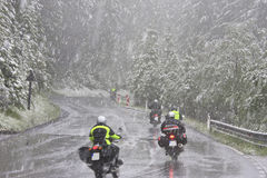 Motocyclistes dans une tempête de neige, Autriche photo stock