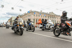Motocyclistes passant le long de Nevsky Prospekt images stock