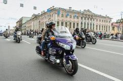Motocyclistes passant le long de Nevsky Prospekt photographie stock