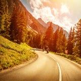 Motocyclistes sur la route dans le coucher du soleil images libres de droits