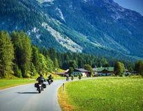 Motocyclistes sur la route montagneuse image stock