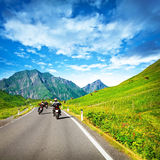 Motocyclists sur la campagne en montagnes Photo stock