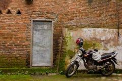 motocykl ceglana ściana Zdjęcia Royalty Free
