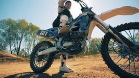 Motocykl dostaje przygotowywał ruszać się brać daleko od hamulców zbiory wideo