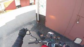 Motocykl drogowa przygoda przygotowywa dla podróży załatwia lustro blisko garaż antycypacji podniecenia zbiory wideo