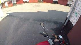 Motocykl drogowa przygoda zamknięta w górę garażu i obraca dalej parowozowego antycypacji podniecenie zbiory