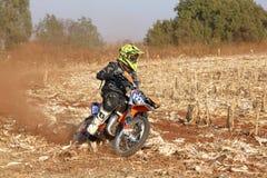 Motocykl kopie up ślad pył na piaska śladzie podczas zlotnych akademii królewskich Zdjęcie Stock